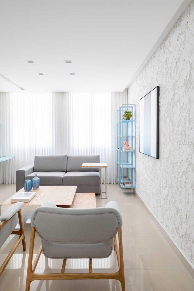 Sofá moderno cinza com base de madeira; a escolha ideal para aquela sala em estilo escandinavo que você tanto sonha