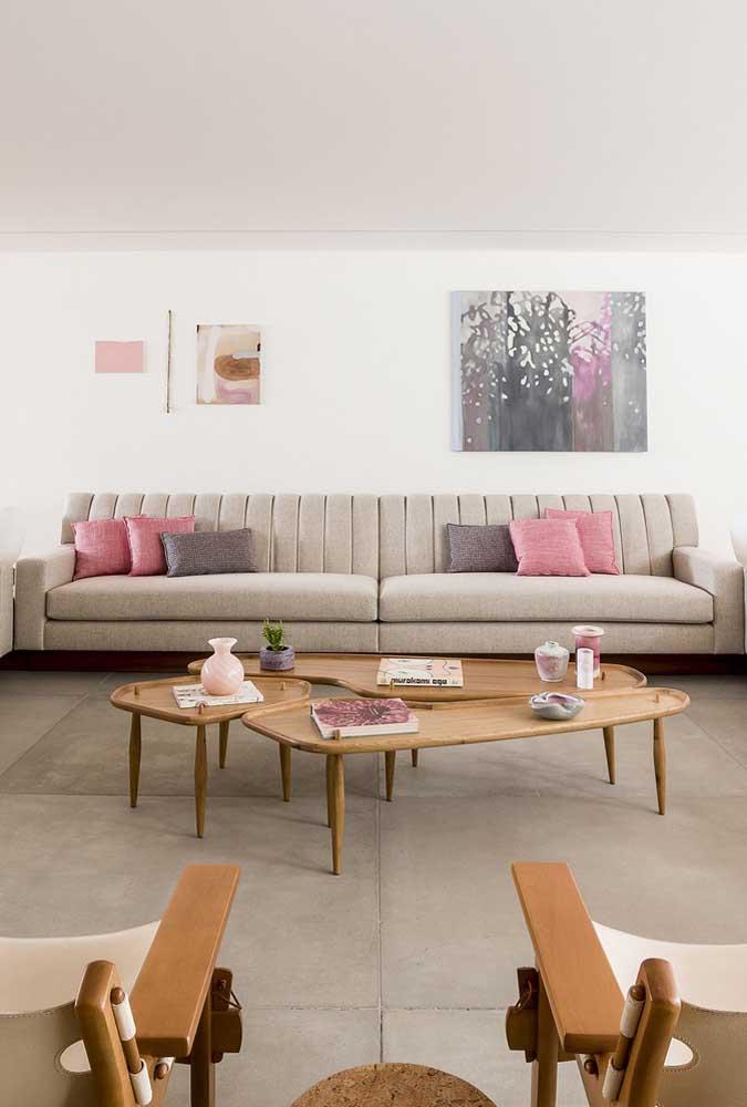 Sofá grande e moderno em tom neutro para acomodar todo mundo que chega na casa