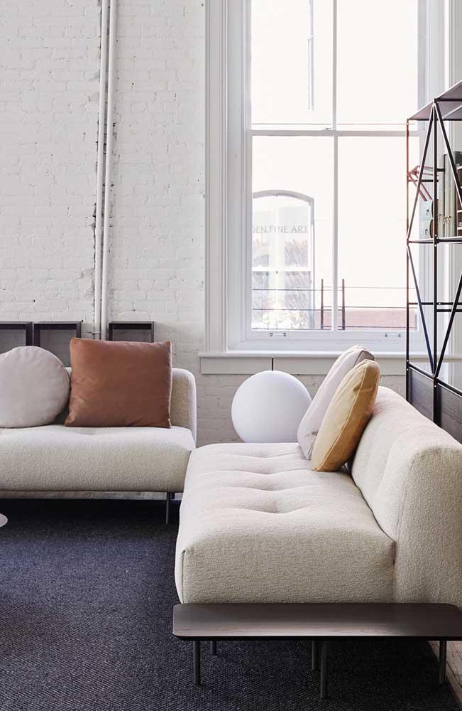 Conjunto de dois sofás modernos para a sala de estar elegante; repare que as almofadas completam a funcionalidade e a estética da peça