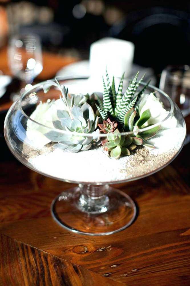 Ao invés de usar vaso, você pode pegar uma taça grande transparente, colocar areia dentro e deixar as suculentas por cima.