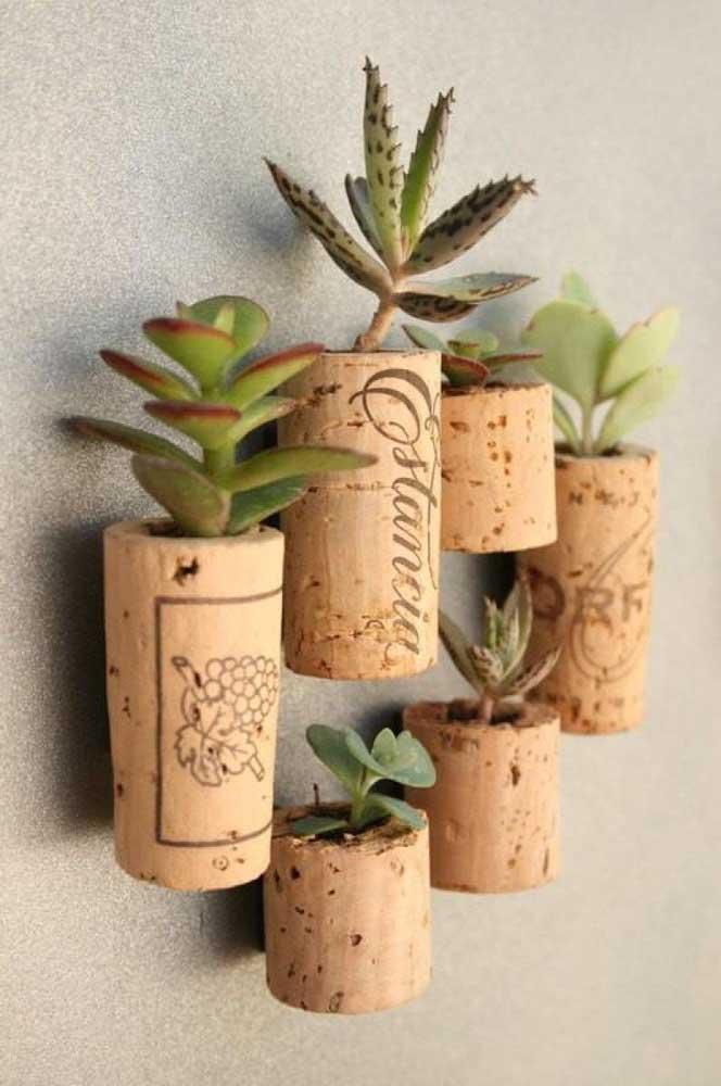 As suculentas pendentes podem ser colocadas em vasinhos artesanais como esses modelos.