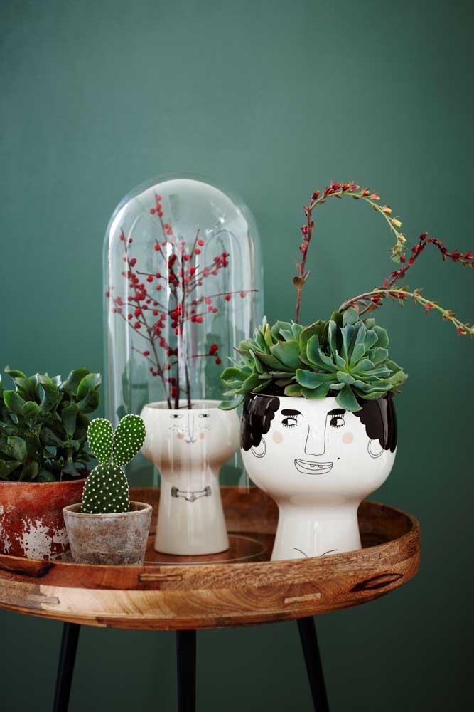 Se você deseja usar vasos pequenos para colocar suas suculentas, você pode organizá-los em mesas pequenas.