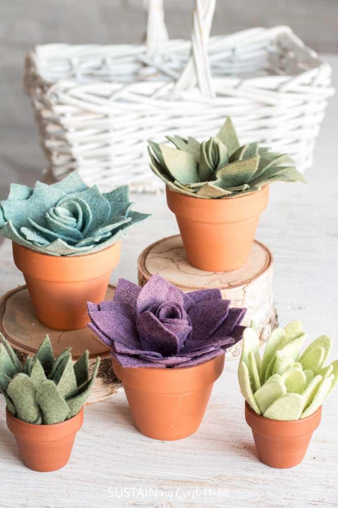 Que tal decorar sua casa com suculentas artificiais feitas com feltro? O resultado são essas suculentas coloridas e lindas.