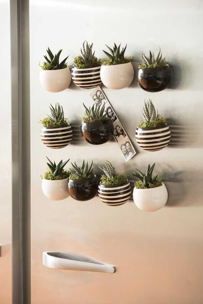 Perceba como ficou linda essa decoração com vasos de suculentas na parede. Diferente, original e moderna.