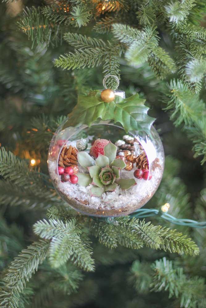 O pequeno terrário para suculentas pode servir de decoração para a árvore de natal.