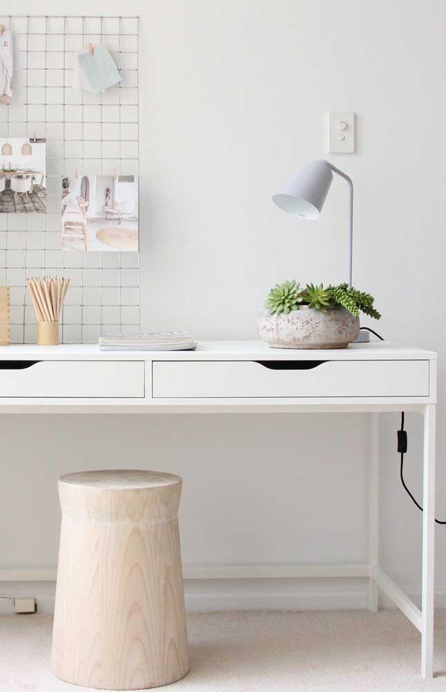 Que tal colocar um pouco de verde no seu escritório? Prepare um vaso com suculentas.