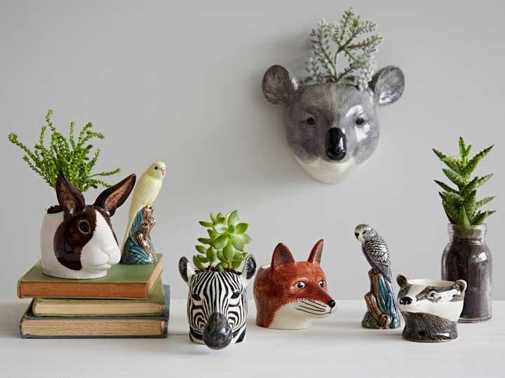 Que tal fazer uma decoração com vasos no formato de bichinhos e colocar suculentas dentro?
