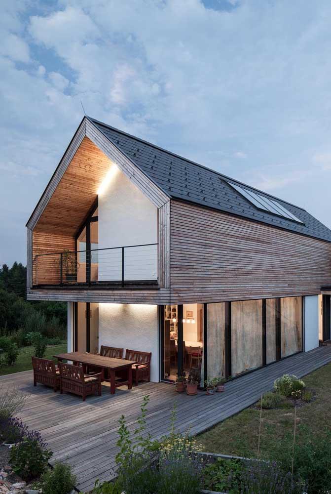 O sobrado ficou ainda mais bonito com a escolha do telhado colonial duas águas