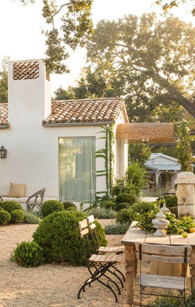 Casa em modelo rústico com telhado colonial feito em telhas de cerâmica