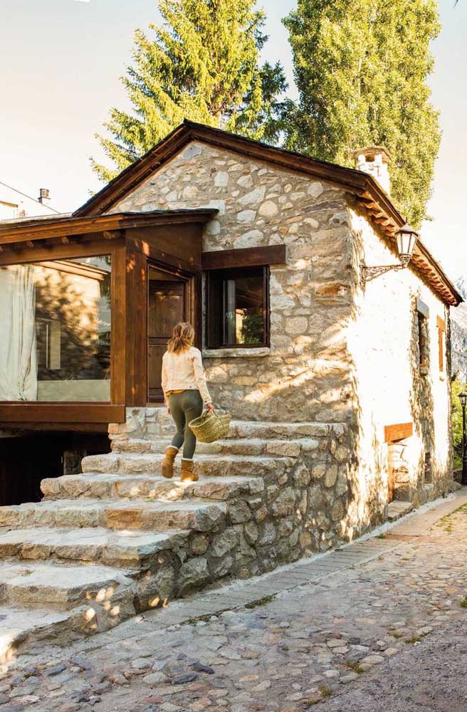 Casa pequena e rústica extremamente aconchegante com telhado colonial duas águas