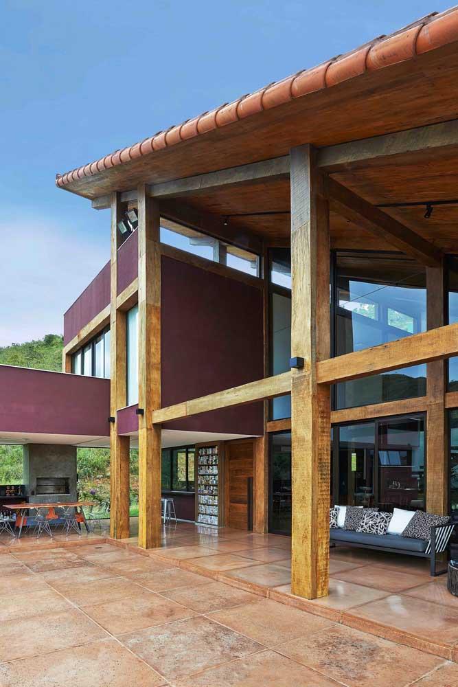 Varanda com telhado colonial meia água com acabamento interno aparente em madeira