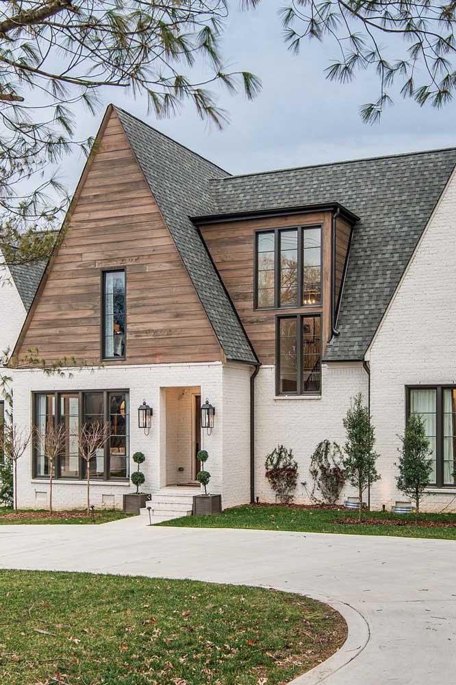 Casa no estilo chalé com telhado de design colonial e queda avantajada