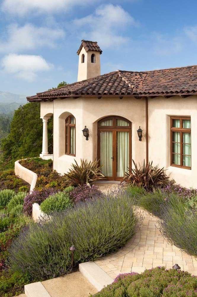 Telhado colonial tradicional em cerâmica para a casa clássica no alto da montanha