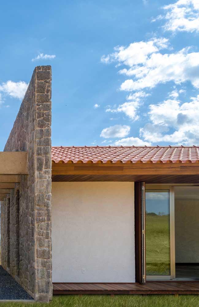 Telhado colonial em PVC simples, com estrutura de madeira aparente