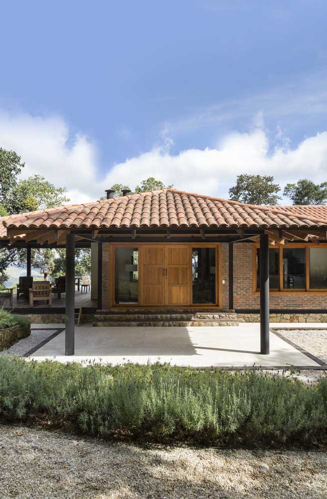 A fachada da casa ganhou um visual rústico e lindo com a escolha do telhado colonial