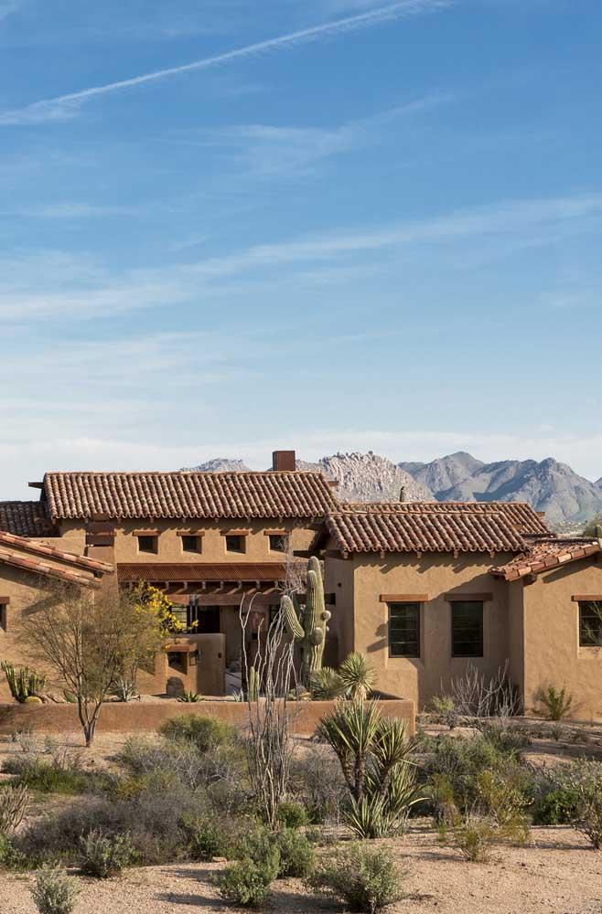 O jardim rústico da residência ficou em perfeito alinhamento com o telhado colonial