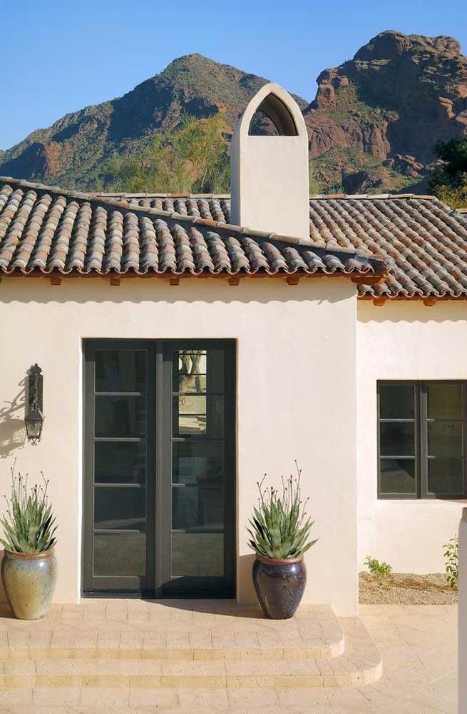 Telhado colonial com telhas de cores diferentes para complementar o estilo rústico da casa