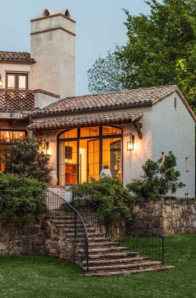 Essa casa incrível ficou ainda mais linda com o telhado colonial de cerâmica e queda duas águas