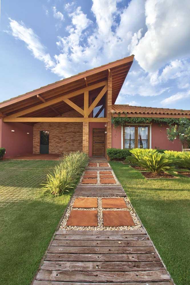 Varanda com telhado colonial meia água e estrutura de madeira à vista