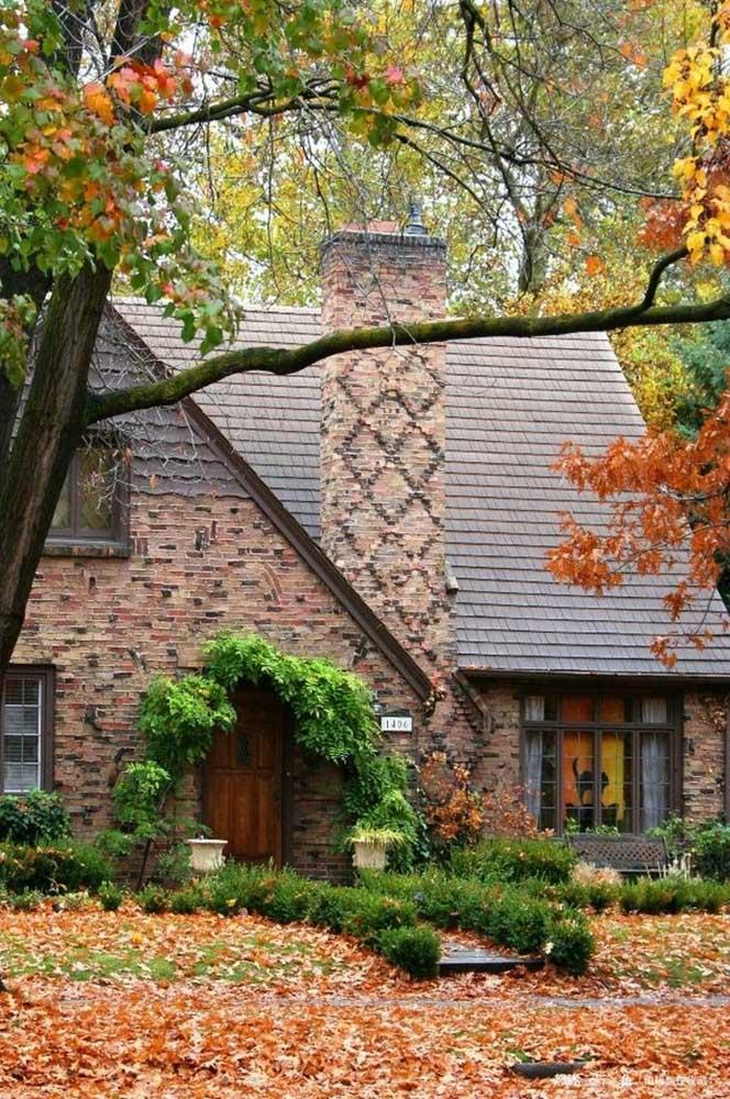 O casebre rústico ficou completo com o telhado colonial
