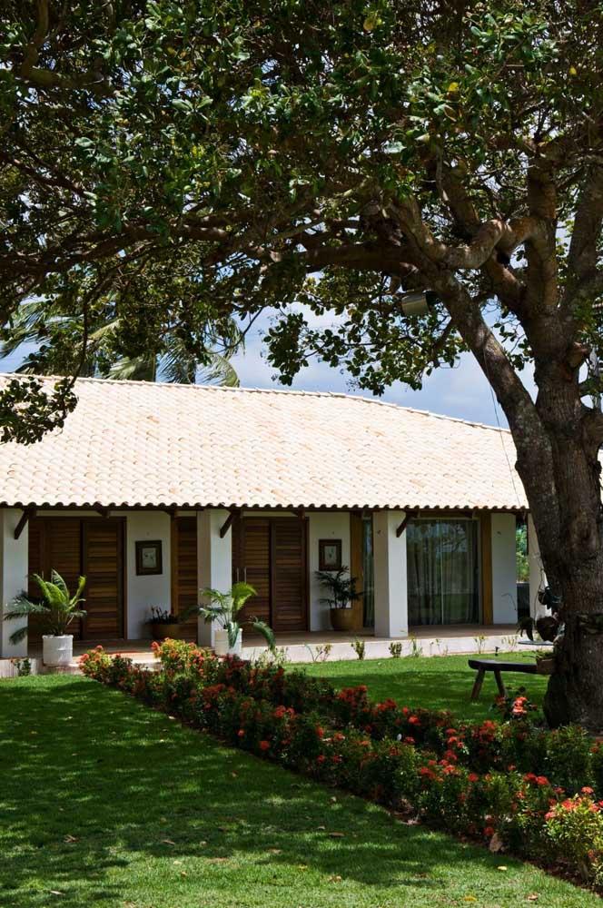 As telhas em tom mais claro conferiram um visual delicado para o telhado colonial da residência