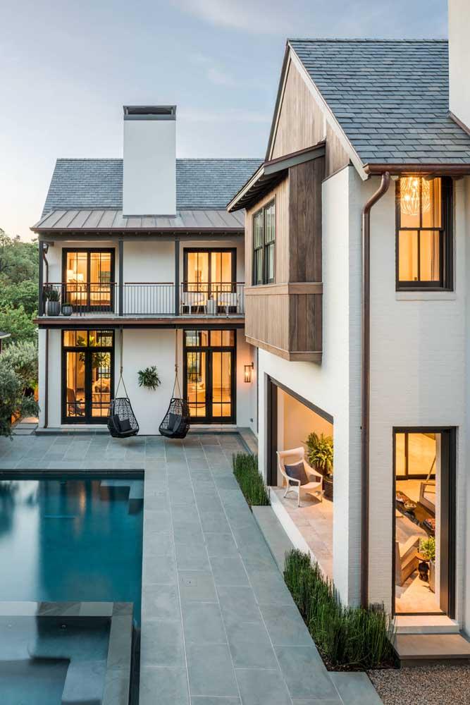 A casa grande e moderna ganhou um visual belíssimo com o telhado colonial em ardósia