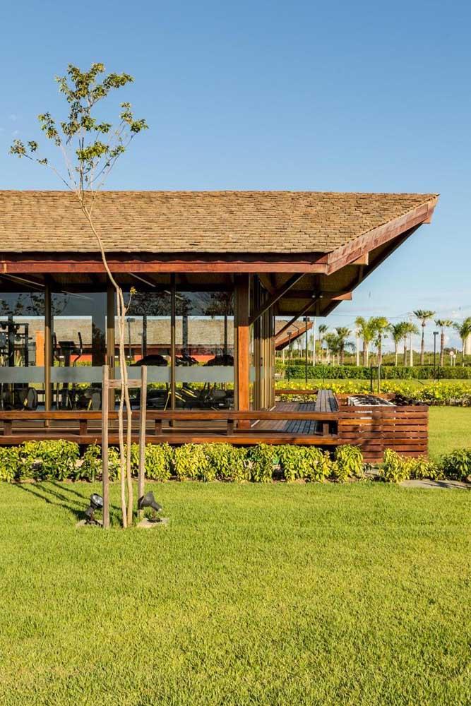Telhado colonial em madeira para a residência moderna com vista para o jardim