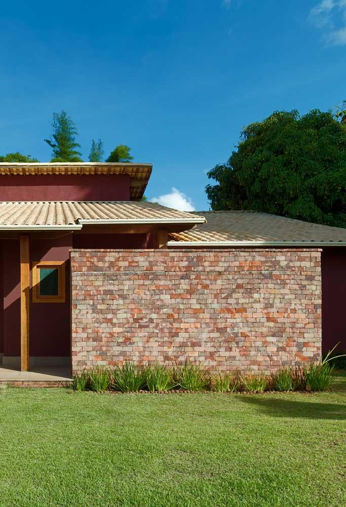 O acabamento rústico do muro combinou perfeitamente com o telhado colonial em PVC
