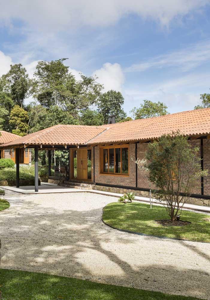 Para essa casa rústica de campo a opção foi por um telhado colonial duas águas cobrindo toda a extensão