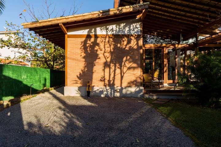 Casa simples com telhado colonial meia água