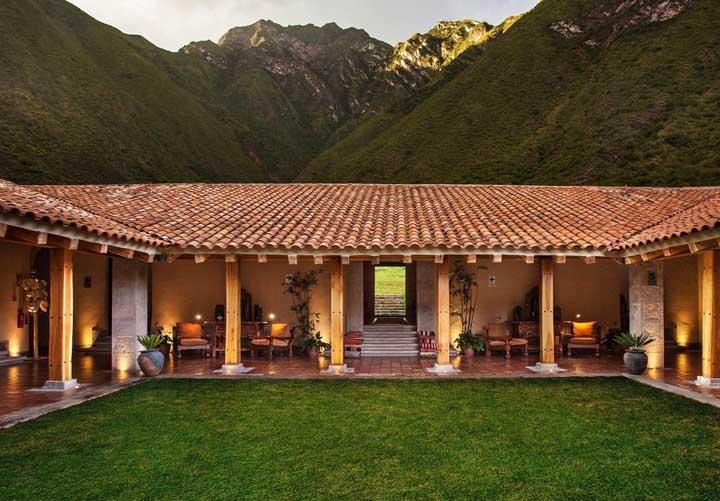 O telhado colonial trouxe o toque final para o projeto dessa linda casa em meio às montanhas.