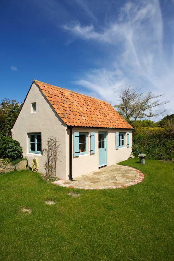 A casa simples ficou com um visual muito delicado com a escolha do telhado colonial duas águas