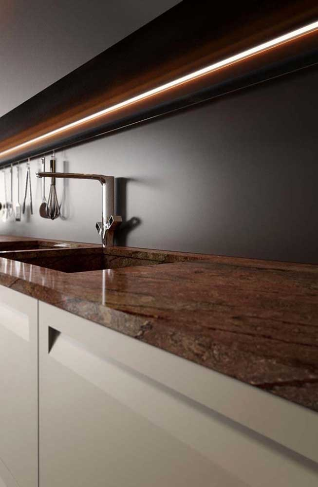 Granito vermelho para uma bancada de cozinha moderna