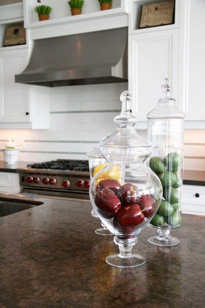 O granito marrom na bancada da cozinha traz acolhimento e um toque de elegância sem igual