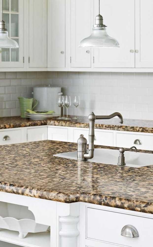 Já nessa outra cozinha clássica e toda branca, o granito marrom aparece como ponto de destaque