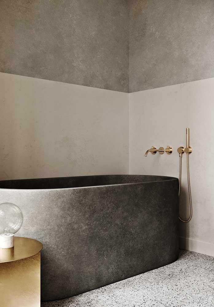 Nesse banheiro de tons neutros, o granito branco dallas foi escolhido para compor o piso