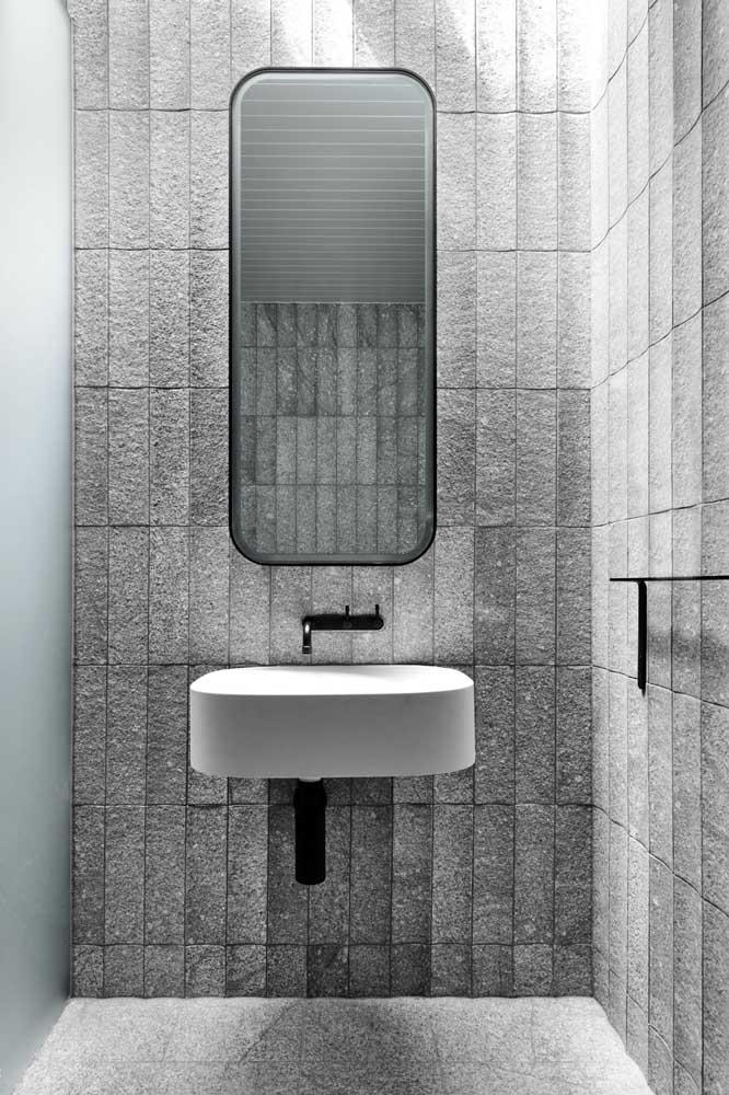 Já nesse outro banheiro é o granito cinza que se destaca no chão