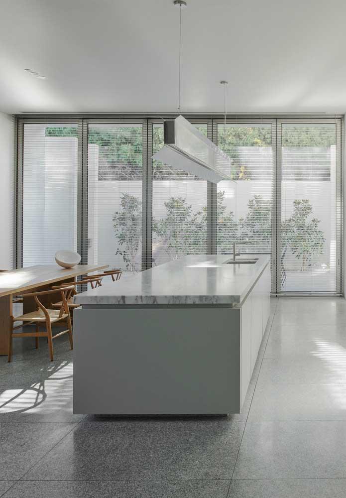Projeto clean e contemporâneo com granito branco incluído no piso e na ilha