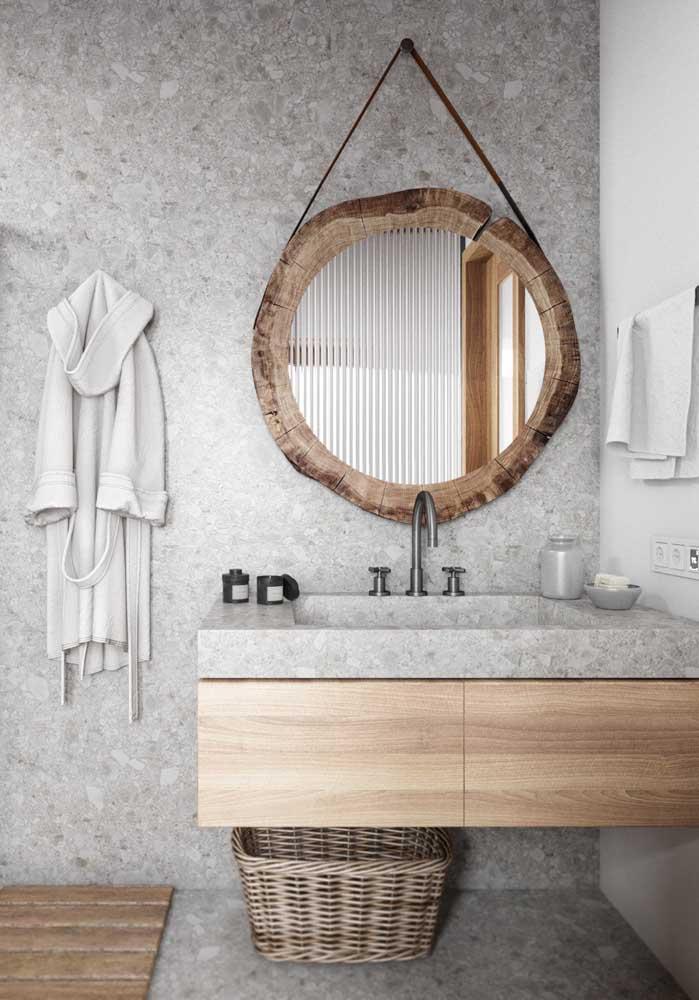 Banheiro moderno e levemente rústico com granito cinza usado no piso, na parede e na bancada