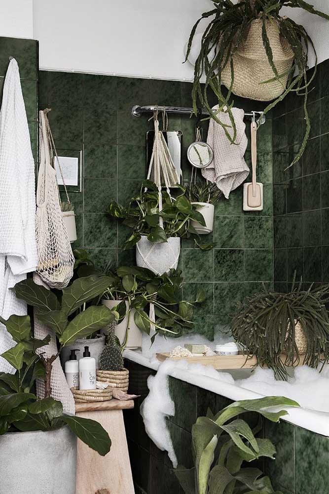 Um banheiro diferente e inspirador: os azulejos verdes casaram lindamente com a pia de granito branco