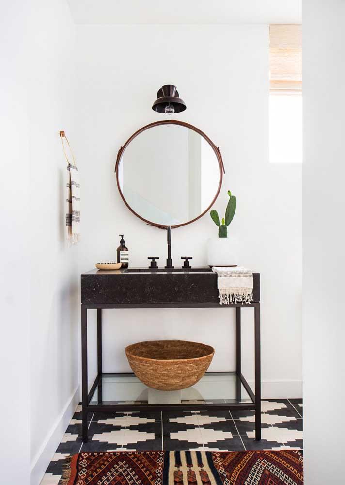 Pia de lavabo em granito preto bem diferente daquelas que estamos acostumados a ver por aí; uma linda ideia para se inspirar