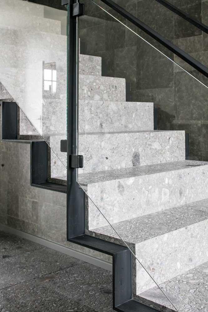 Nesse projeto de escada moderna, a opção foi por um granito branco de pontilhados pretos combinando com a estrutura do guarda corpo