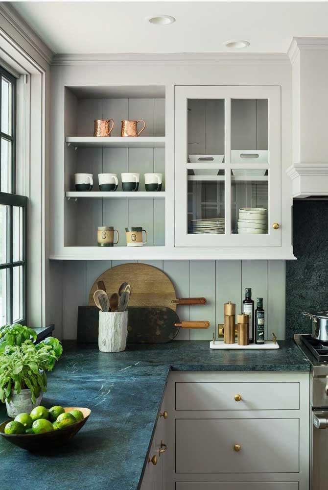 Quer uma proposta diferente e original para sua cozinha? Então aposte em uma bancada de granito verde combinada com armários brancos
