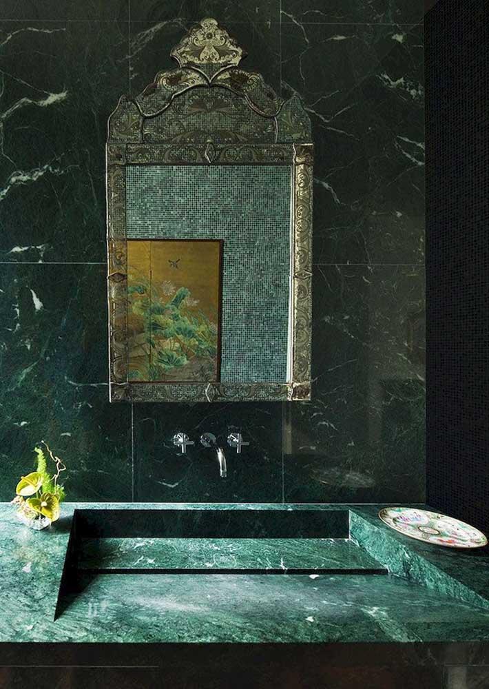 Olha o granito verde se destacando de novo! Aqui ele foi usado para criar a pia esculpida do banheiro