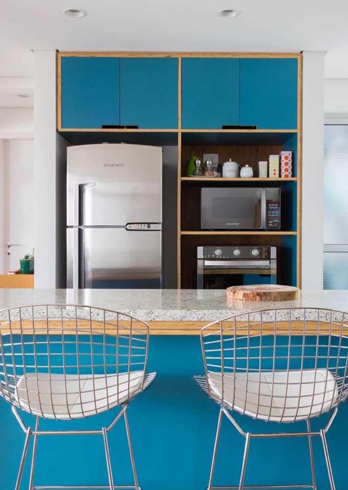 Essa cozinha moderna e cheia de vida apostou em um granito cinza mais uniforme e homogêneo