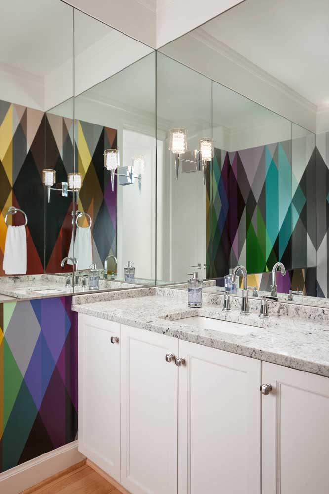 O clássico e o moderno se unem nesse banheiro com bancada de granito branco
