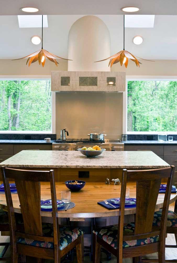 Granito preto para a bancada da pia e granito branco no tampo da mesa de jantar; mesclar cores diferentes de granito no mesmo projeto está mais do que liberado