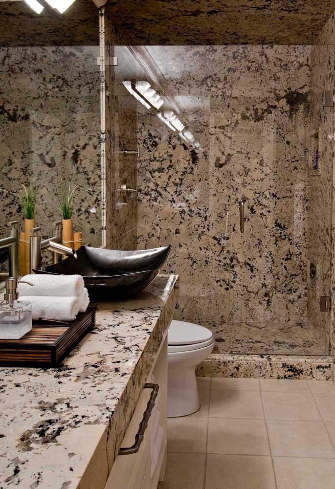 Para os fãs de projetos marcantes e ousados, essa inspiração de banheiro revestido com granito é perfeita