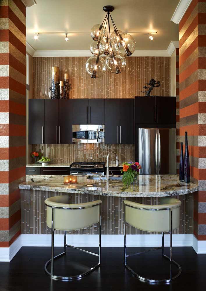 Uma cozinha cheia de personalidade decorada com granito cinza