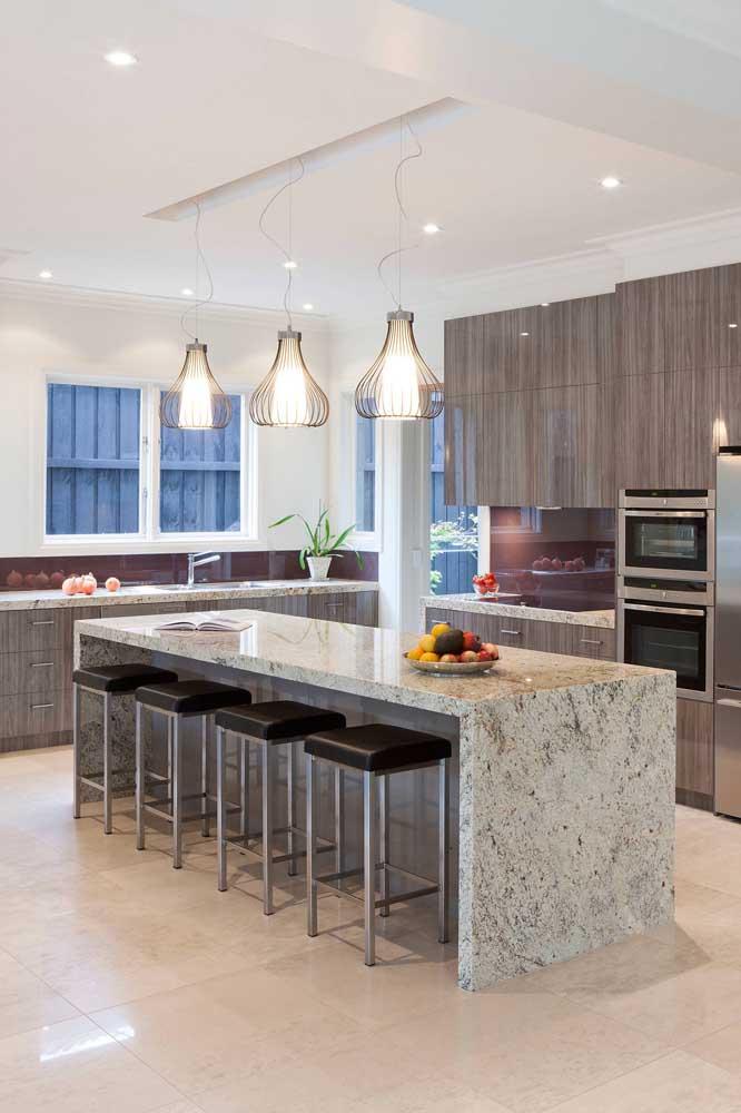 Balcão de granito para a cozinha ampla e moderna